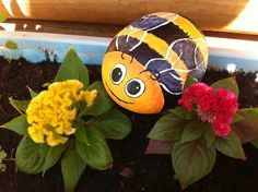Rockpainting ideas turn stones into beautiful flowers, colorful birds, charming insects, cute animals or colorful bouquets of flowers, cute miniature houses and dwarfs. Rock painting ideas allow to ad