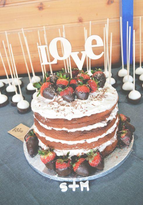 Tivemos liberdade total para criar este bolo que foi a peça central de um dia muito especial. Foi nos pedido algo rústico mas actual e não c...