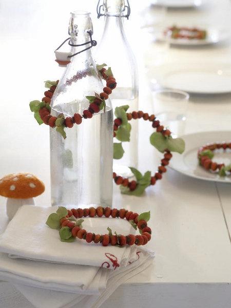Wunderweib: kleine Kränze aus Beeren oder Hagebutten
