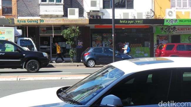 Bila Anda jalan-jalan ke Sydney dan kangen dengan masakan Indonesia, Anda bisa mampir ke jalan ini. Banyak restoran Indonesia di sini.