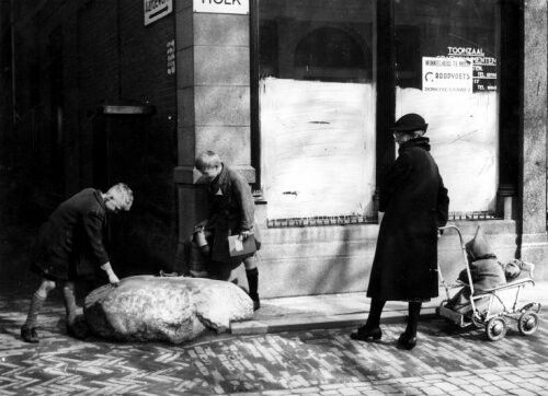 De Grote Steen van Utrecht heeft als altijd bekijks, van kinderen en een oudere vrouw met een kinderwagentje, 1941.