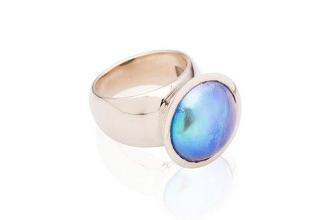 JENS HANSEN Vibrant 9ct Gold ring with a dazzling blue New Zealand Paua pearl. The simple, elegant design of the ring allows the vibrant colour of the pearl to stand out.  An alluring and stunning statement piece.
