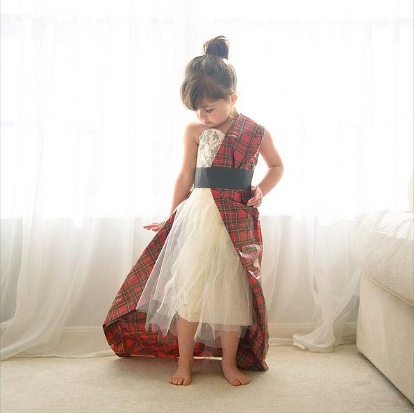Version papier  la robe au drapé écossais conçue par Alexander McQueen pour Sarah Jessica Parker, en 2006 au Gala du Met.