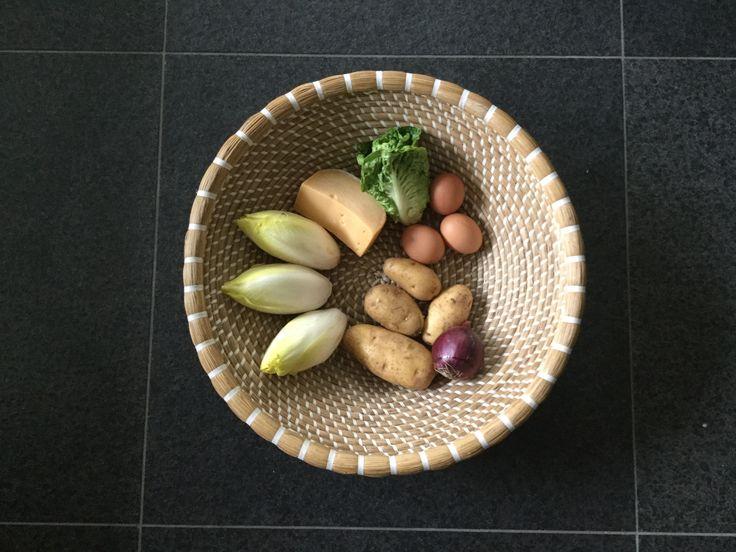 Maaltijd..Ingrediënten.Aardappels schoon boenen en in stukken snijden. 10 min in de magnetron op hoogste stand gaar maken. Gebakken aardappels van maken. ( ik roerbak de witlof )Witlof koken op jou eigen manier. Kaas in plakken snijden van 1cm dik. Maak van de 3 eieren twee omeletten (grotebakpan) Als je de laatste omelet bakt, verdeel je de kaas plakken er op samen met fijn gesneden ui en in reepjes gesneden sla. Afdekken met je andere omelet. 5 min op klein vuur.