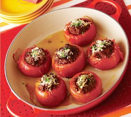 【トマトのファルシ】トマトに牛ひき肉を詰めたオーブン焼き。クミンの味がほど良くスパイシー。カレーパウダーを加えれば、お子様にも。  http://lecreuset.jp/community/recipe/farushi-of-tomato/