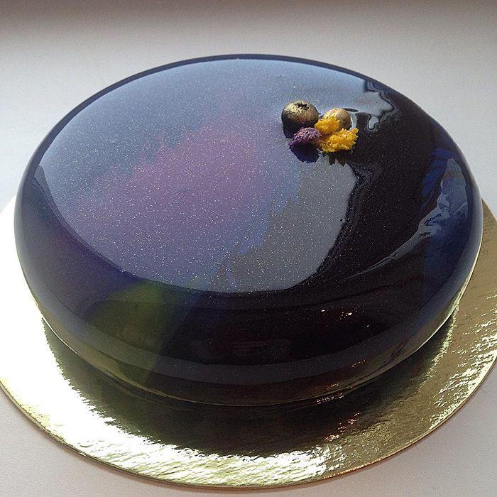 A confeiteira Olga Noskovaa faz doces espelhados que são o cúmulo do perfeccionismo. Pouco se sabe sobre a moça, mas algum usuário felizardo do reddit teve acesso a uma das receitas de Olga e resolveu compartilhar com o resto do mundo. Eis: Ingredientes: 20g de gelatina em pó p/ 120ml de água; 300g de glicose, (...)
