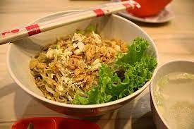 Cwie Mie malang   5 Makanan Khas Malang, Jawa Timur  Cwie mie ini hampir mirip dengan mie ayam, namun bedanya cwie mie ini menggunakan selada dan daging ayamnya lebih halus, serta taburan bawang goreng. Bumbu yang digunakan pada daging ayam berbeda dengan mie ayam yang berwarna cokelat dan manis, tetapi polos dan sedikit asin. Ketika dipadukan dengan kuah rasanya menjadi gurih dan segar.