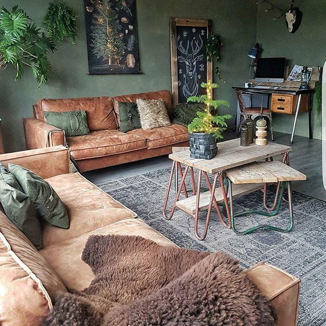 Canapés en cuir vieilli et table basse en bois patiné, le salon arbore un look brut