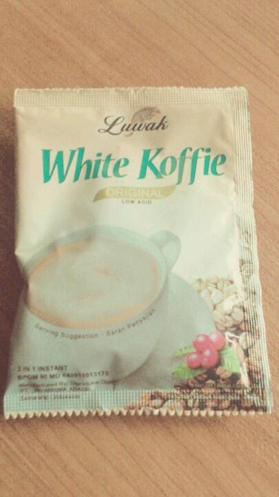 Luwak White Koffie Low Acid bakal jd salah satu kopi instan favorit aku. awalnya aku kira ni kopi pas diseduh warnanya bakal putih, ternyata warnanya coklat muda :-/. nah, aroma sama rasanya itu loo maknyuss. kalo kata orang aroma sm rasanya lebih pekat dibanding kopi2 instan lainnya.