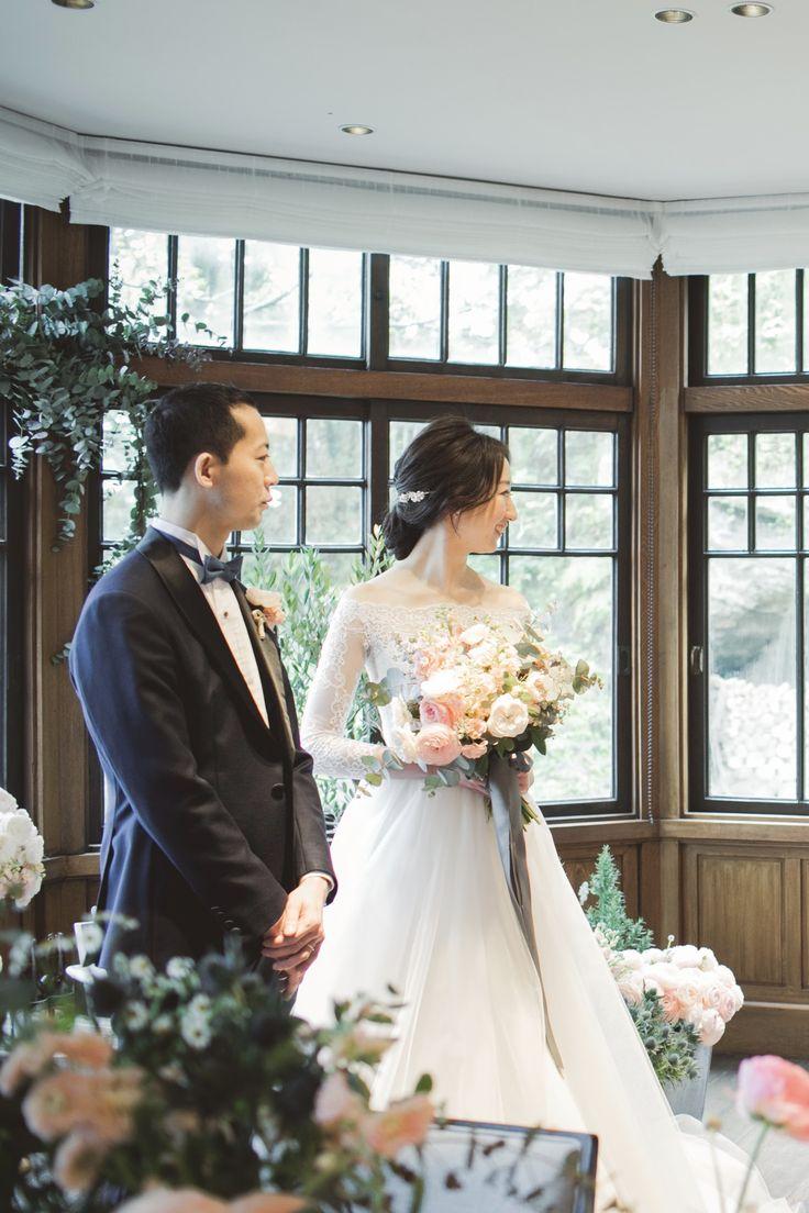 オフショルダーのロングスリーブのウェディングドレス。 フランスレース、オフショルダーのトップスと軽やかでナチュラルなシルクチュールのスカートは クラシカル&モダンなデザイン。 おしゃれな花嫁様に注目されている日本人ドレスデザイナーgnomeの1着。