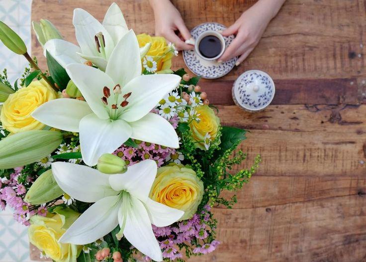 Un ramo de flores frescas coronando la mesa, un día soleado, y un buen café. ¿Qué más se puede pedir? ¡Feliz tarde! . . . . . #bourguignonflor #flowers #flowerstagram #flowerslovers #love #beauty #deco #decoideas #instadeco #interiores #madrid #españa #flores #ramos #ramodeflores #bouquet #arreglosflores #home #perfectgift #primavera #spring http://gelinshop.com/ipost/1517542254388983786/?code=BUPZKPcgDfq