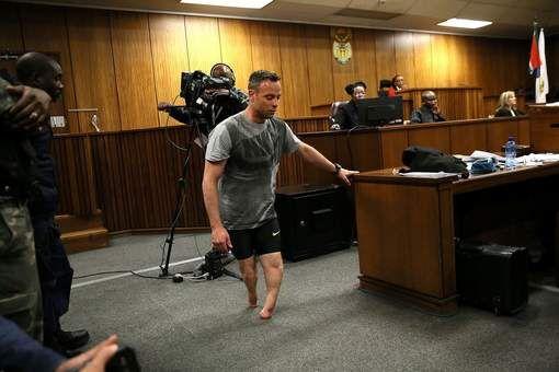 De voormalige topatleet Oscar Pistorius heeft zich tijdens het proces over een nieuwe strafmaat tegen hem zonder beenprothesen door de rechtszaal ...