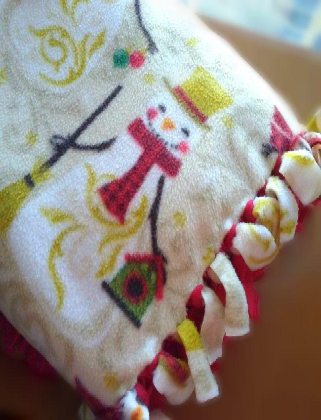 Easy Christmas no-sew blankets make beautiful throw blankets for the holidays. sewlicioushomedecor.com