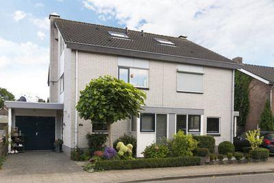 Verrassend ruime 2-onder-1-kapwoning met o.a. zonnepanelen, een eigen parkeerplaats en voldoende parkeerruimte voor de deur. Een binnendoor bereikbare garage, een praktische bijkeuken en heerlijke en diepe achtertuin met een berging en een fraaie kapschuur.    De ligging is zeer centraal tussen Arnhem en Nijmegen t.o.v. de diverse primaire voorzi