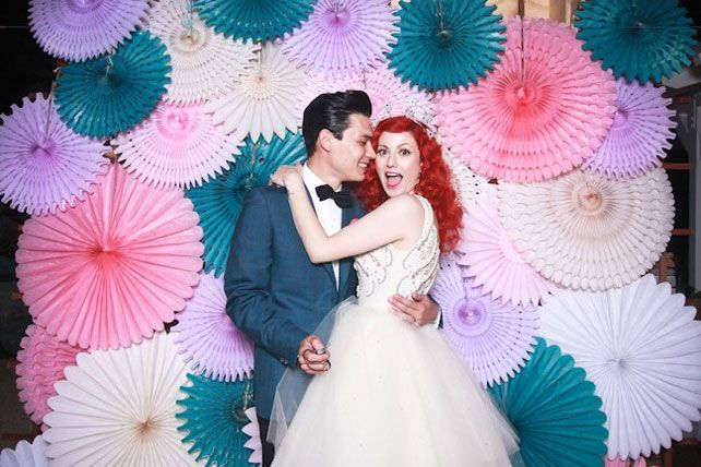 Вдохновение: бумажные веера в декоре свадьбы