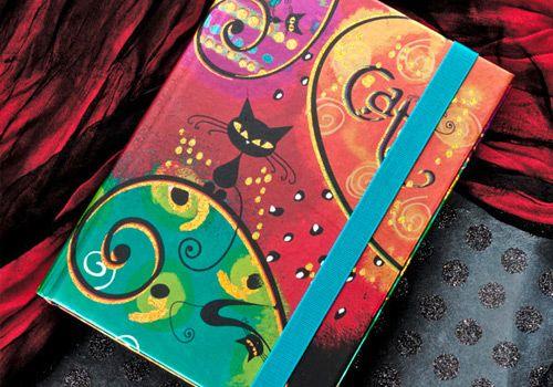 Libreta de 96 hojas de papel color crema, impresa a todo color, cubierta con aplicaciones de folia, cierre con elastico, incluye bolsillo. Tamano 12 x 17 cms. No incluye lápiz.