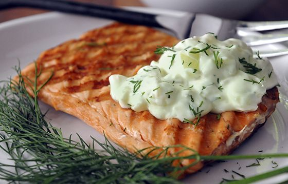 Essa receita é perfeita para o verão. Bem leve, light, fresca e saborosa! Enjoy!A porção de um filé de peixe mais duas colheres de sopa do molho tem +- 134 calorias e só 1,5 g de gordura. Top heim? Ingredientes: 2 files de peixe, Pode ser linguado, salmão, st peter…. 1/2 pote de iogurte desnatado …