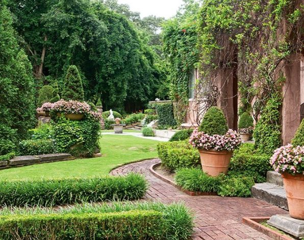 Find inspiration in this Italian-style garden that, on occasion, played host to legendary authors F. Scott Fitzgerald and Ernest Hemingway. Link in profile for more or see the full story in our new Flowers & Gardens special collector's issue!