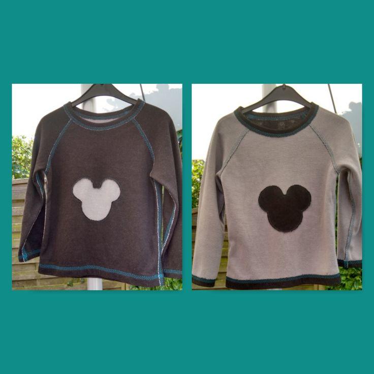Aan twee kanten te dragen Mickey shirt. Op de grijze zijde ligt de applicatie erop en op de zwarte zijde zit de applicatie aan de binnenkant.