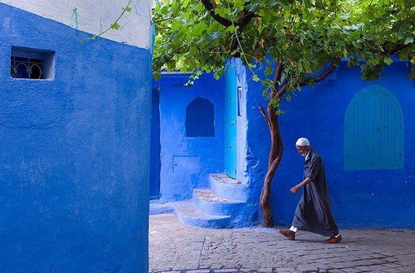 Старый город в Марокко синего цвета  Небольшой город Шефшауэн (Chefchaouen), расположенный на севере Марокко, славится тем, что большинство зданий в старой части города выкрашены в ярко синий цвет, что делает все вокруг синим.