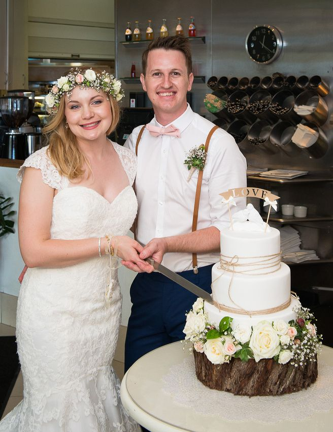 Cassie and Mark Cake Cutting. Photo by phill Jackson photography, Noosa wedding, berados on the beach. Wedding cake. Fresh flowers.
