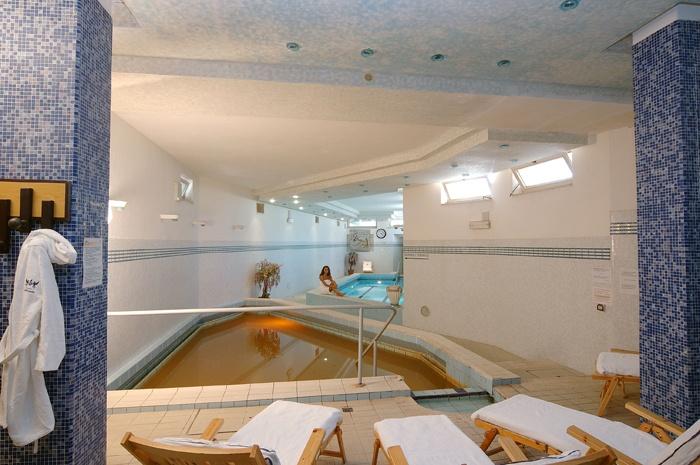 Il centro termale dell'hotel, convenzionato con Il Servizio Sanitario Nazionale, accoglie gli ospiti con tutte le attrezzature per le terapie di fanghi, inalazioni, massaggi e aerosol.  E ancora bagni termali con ozono, due piscine termali interne e tre piscine esterne, idromassaggio, vasca Jacuzzi, sauna finlandese e bagno turco.