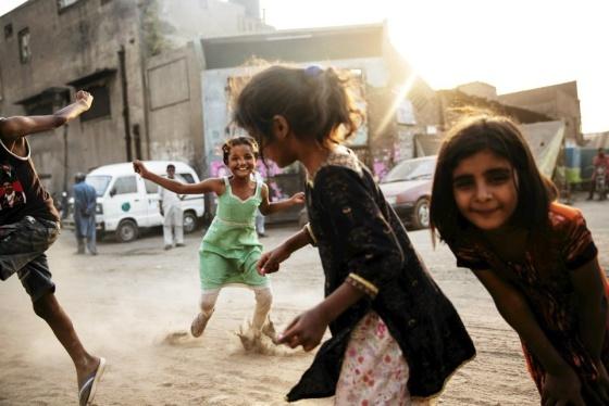 Tytöt leikkivät Joseph Colonyn kristityllä asuinalueella Lahoressa maanantaina 6. toukokuuta. Kuva: Kaisa Rautaheimo | Lue: HS seurasi Pakistanin valmistautumista vaaleihin – katso kuvakooste