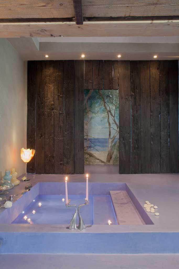 vasca incasso pavimento microcemento parete decorata e doccia con trompe l'oeil
