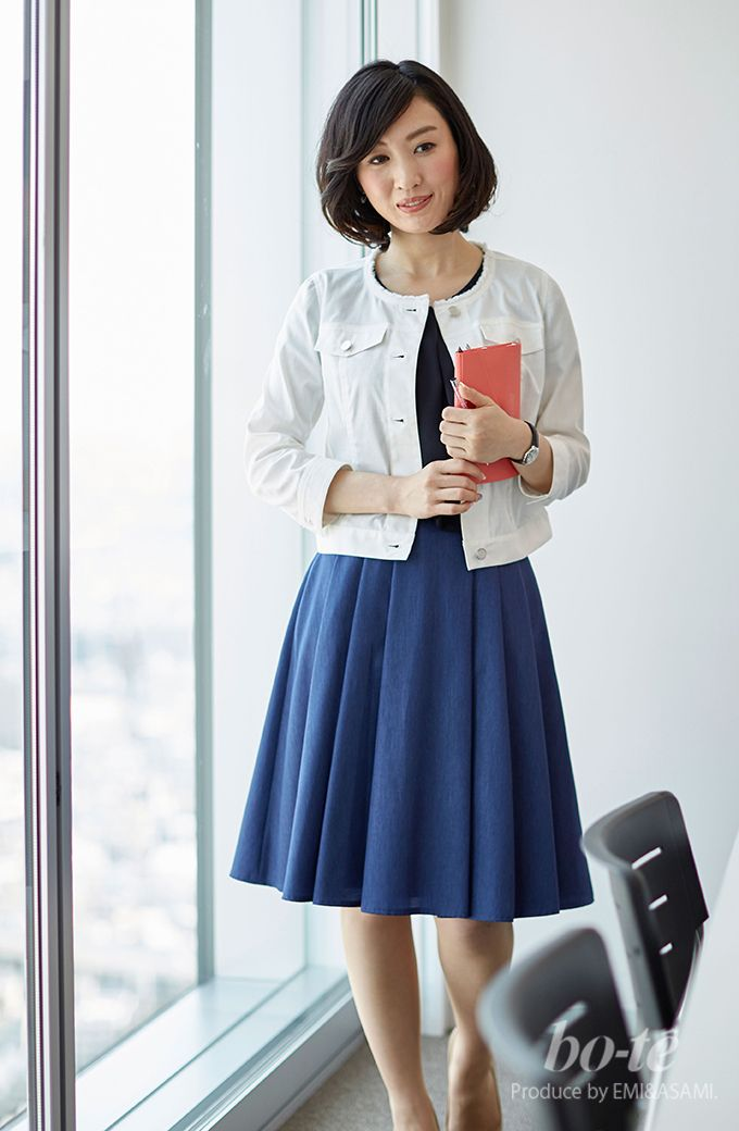 427d13d14dc2b ホワイトデニムジャケットとふんわりスカートの好印象なオフィスコーデ ...