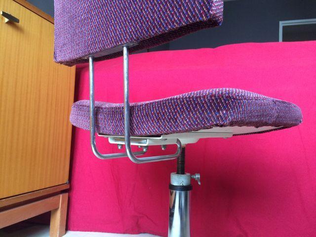 Très mignonne chaise de bureau vintage au style indus, retapissée d'un beau velours pourpre pour soigner votre déco rétro style loft, atelier...