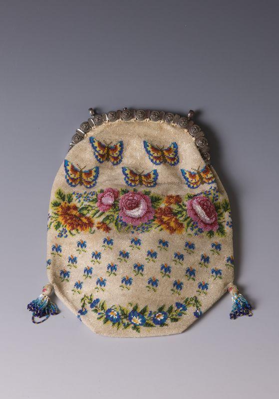 Torebka zdobiona szklanym paciorkami // The bag decorated with glass beads