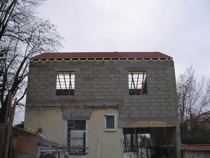 Façade avant de la maison  le toit est prêt pour la nouvelle