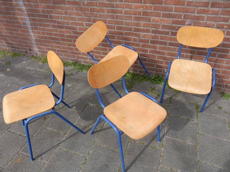 Te koop vintage schoolstoelen, stapelbaar. Op de foto zijn er vier afgebeeld, maar wij kunnen er 25 leveren. Afmeting van stoel is 75 cm hoog, 44 cm breed en 50 cm diep. De zithoogte is 46 cm, de zitdiepte is 38 cm. Prijs per stuk € 17.50. Vier voor € 60.00. Tien voor € 125.00.