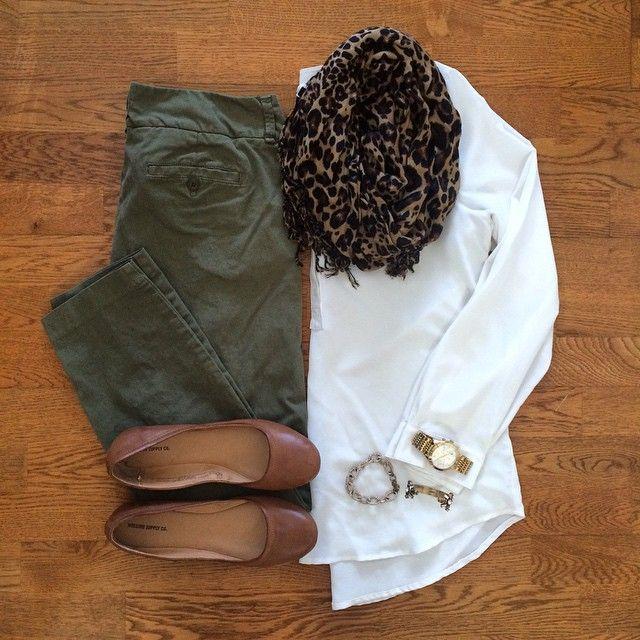 Calça verde exército,blusa branca, lenço leopardo, sapatilha marrom