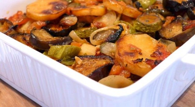 Kάνετε δίαιτα ή προσπαθείτε να μείνετε στα κιλά σας; Έχετε βαρεθεί τις σούπες και τα νερόβραστα κολοκύθια; Σας προτείνουμε 15 νόστιμα ολιγοθερμιδικά πιάτα με ξεχωριστές συμβουλές για το καθένα. Καλή όρεξη!    H ελληνική κουζίνα είναι ιδιαίτερα