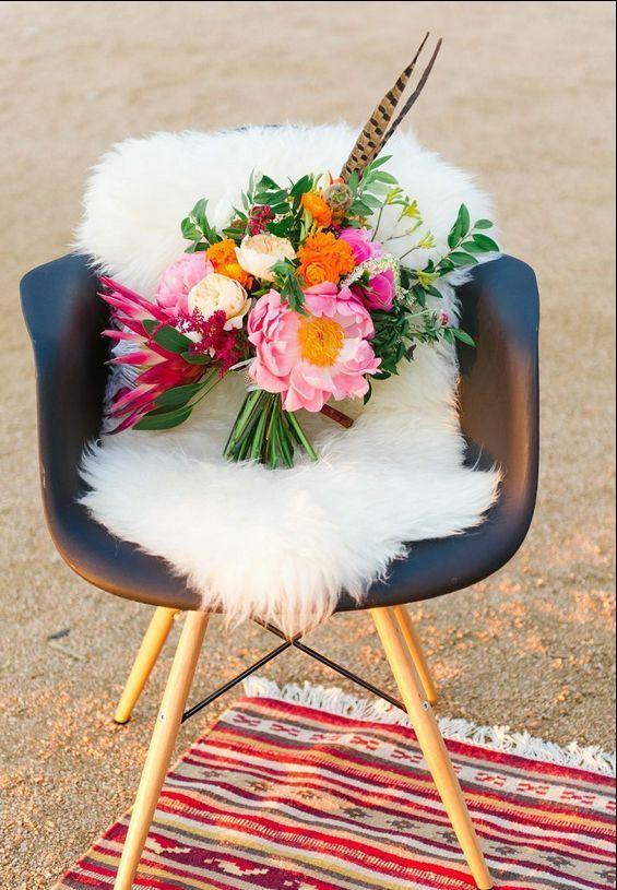 Luminoso e colorato bouquet di nozze di nozze con piume