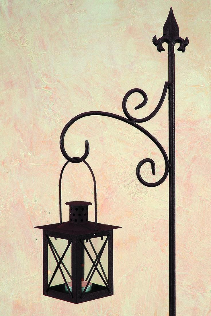 Aus Eisen gefertigt und in antikbraun lackiert, wird dieser 148 cm hohe Gartenstab mit passender Laterne zum perfekten Dekoeationsartikel für Terrasse oder Garten. Bei flackerndem Kerzenlicht zaubern Sie sich ein romantisches Ambiente für Ihr kleines Paradies. Verwenden Sie zum Beispiel mehrere Laternen als dekorative mediterrane Gehwegbeleuchtung.