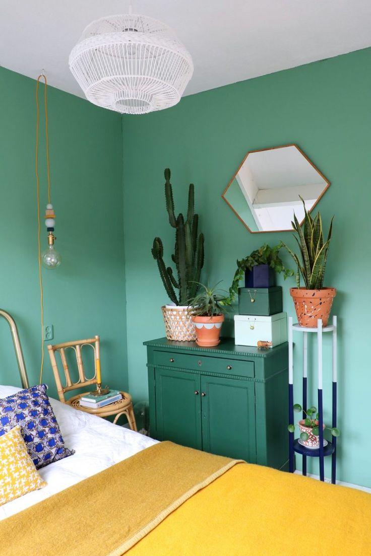 Wände in mintgrün mit Pflanzen im Schlafzimmer