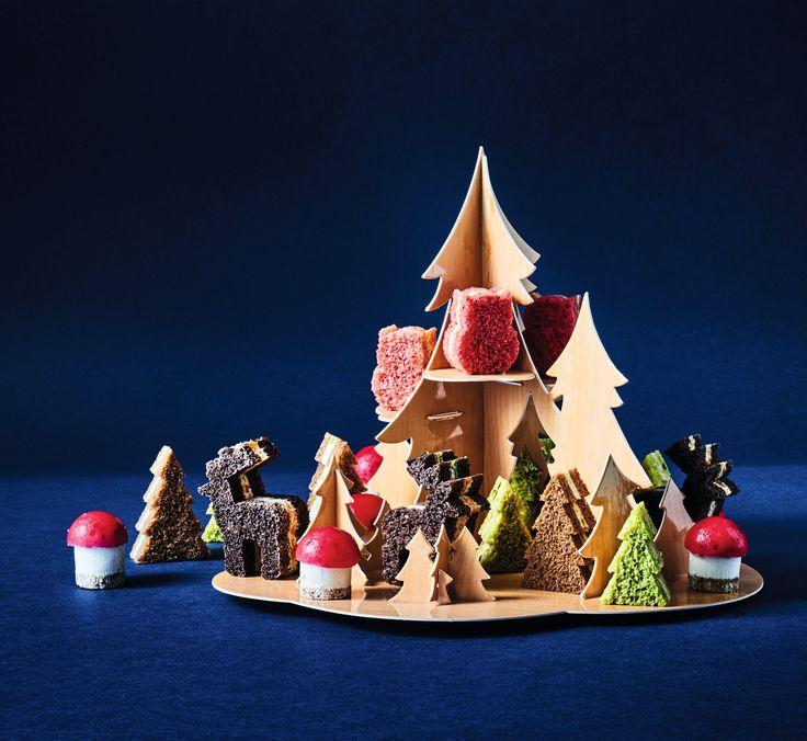 Pour Noël ou le Nouvel an, que diriez-vous d'emmener vos invités dans une forêt enchantée ? Découvrez notre version féérique des canapés apéritifs ! x6 : Sapins asperge - parmesan, x6 : Sapins saumon fumé gingembre - citronnelle, x6 : Sapins bloc de foie gras de canard fruits secs, x4 : Hiboux jambon Serrano pesto au basilic, x4 : Cerfs fromage frais tomate - roquette, x4 : Champignons chèvre - cramberrie
