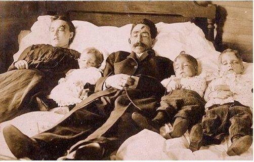 17 Haunting Post-Mortem Photographs From The 1800s.A murdered family:makes me believe in reincarnation.