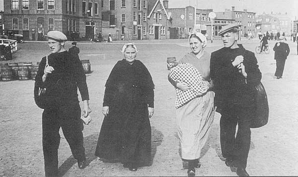 Op de foto Arie den Dulk en Maria den Heijer (verloofd), de oudere vrouw is opoe Betje den Dulk de Ruijter, en de andere man is Henk (de) Bruin, de foto is gemaakt in 1938,   op weg naar de SCH 130 (een zilvergrijze logger) om te varen.  Scheveningen #ZuidHolland #Scheveningen
