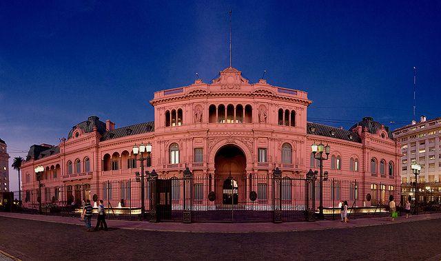 Muchos turistas como ir a visitar la mansión y la oficina que la Presidenta de Argentina vive en la llamada Casa Rosada. Este lugar se encuentra en Buenos Aires.