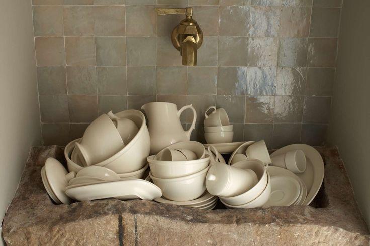 Prachtig klassiek servies in een oude keuken. Zelfs de vaat is mooi!