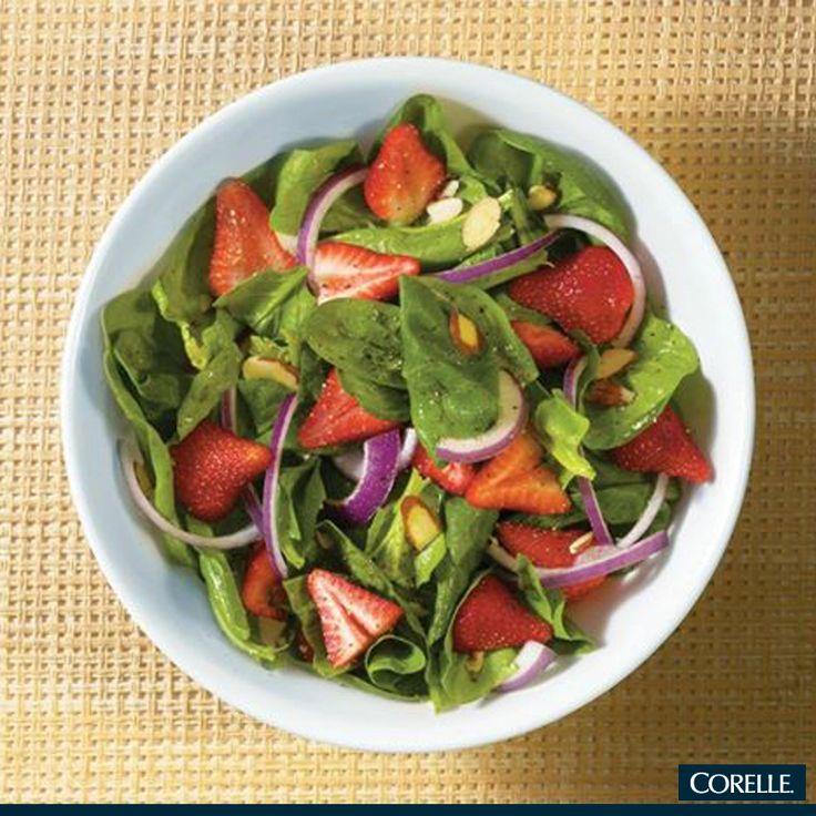 ¿A dieta y aburrida de ensaladas verdes? Añádele fresas rebanadas, disfruta la mezcla de sabores sirviéndola en un tazón Corelle