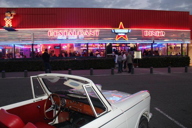 #Opening at Memphis Coffee #Poitiers Rassemblement de voitures anciennes pour l'inauguration du restaurant. #cars #US #diner #american