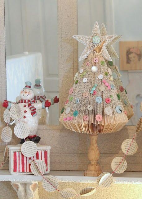Voor de Boekliefhebbers: Maak een Kerstboom van een Boek. - http://Plazilla.com
