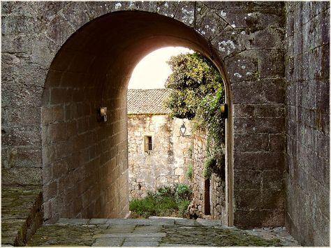 Si quisiéramos desplegar una ruta en coche por Galicia para sumergirnos en los pueblos medievales (o congelados en el tiempo) éstos siete elegidos, por su aspecto, patrimonio histórico, y tranquilidad serían buenos candidatos: 1. Tui (en provincia de Pontevedra) Tui es un municipio de la provincia de Pontevedra, casi en la frontera con Portugal , …