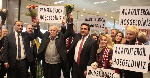 """BAE'de yargılanan avukatlar yurda döndü Birleşik Arap Emirlikleri'nde (BAE) 74 gün tutuklu kaldıktan sonra beraat eden iki Türk avukat, Türkiye'ye döndü. Yaşadıkları süreci anlatan Vahit Aykut Ergil ve Metin Uraçin, """"Saçlarımızı kesip, ayaklarımıza prangalar bağlayarak bizi cam kafesin içinde yargılamaya kalktılar"""" dedi. http://feedproxy.google.com/~r/dosyahaber/~3/Pp3Z4knTYGA/baede-yargilanan-avukatlar-yurda-dondu-h11256.html"""