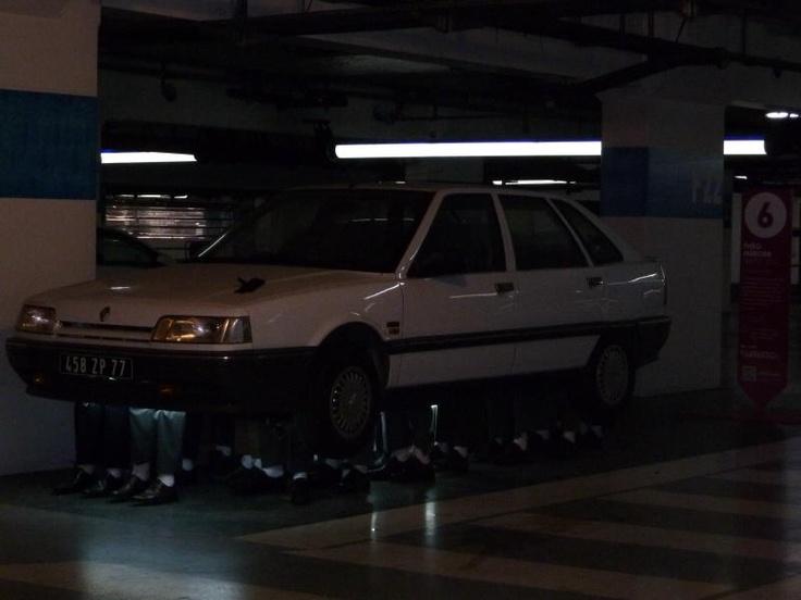 la voiture de Théo Mercier portée par 24 paires de jambes... Dans le parking d'Euralille