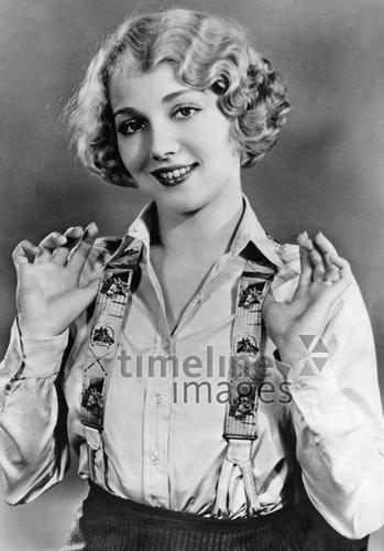 Frauen 1928 Timeline Classics/Timeline Images #20er #1920er #20s #1920s #Haircut #Hairstyle #Haarschnitt #Haare #Hair #Frisur #Frisuren #Mode #Wasserwelle #Hosenträger #RoaringTwenties #fashion #historisch #historical #schwarzweiß